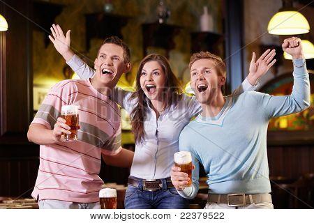 Los jóvenes se están expresando en el pub
