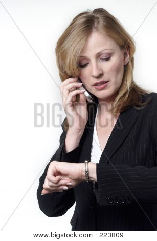 Lady reden auf Handy überprüfen ihr Watch