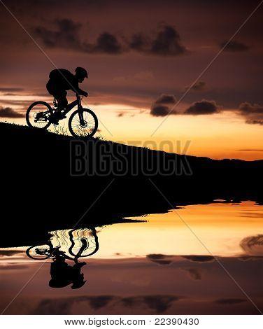 silhouet van mountainbiker met reflectie