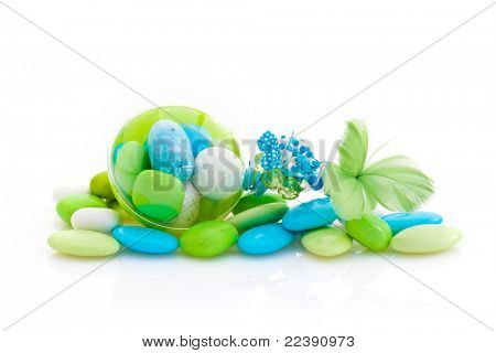 Paquete de color francés peladillas, listo para su uso como favores de partido, sobre fondo blanco de estudio