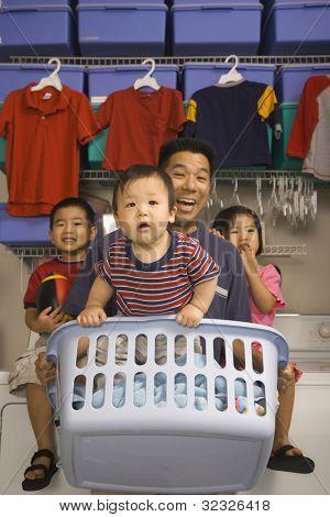 Asia padre e hijos de lavanderia