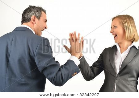 Jovens colegas negócio dando uns aos outros um alto cinco isolado no fundo branco