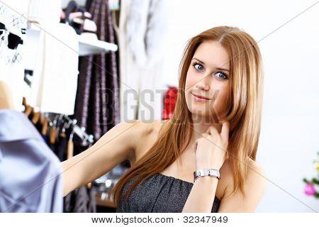 Porträt der jungen Frau in einem Geschäft Kleidung kaufen