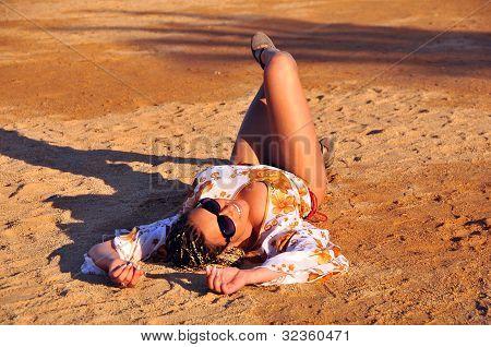 Vrouw die zich voordeed op strand