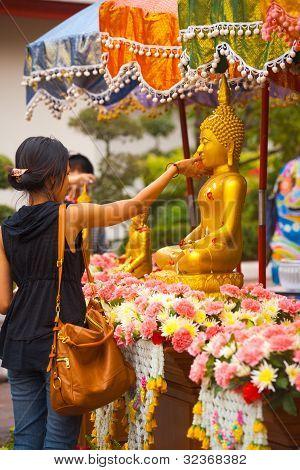Songkran Clean Buddha Tradition