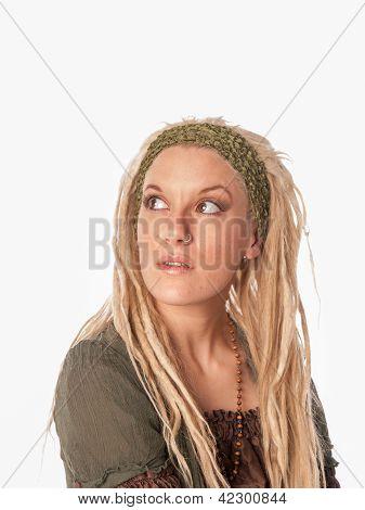 Menina urbana com dreadlocks loiros - alta moda