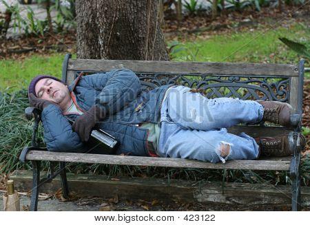 Hombre sin hogar en Banco - vista completa