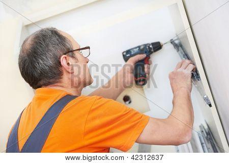 Carpinteiro de cozinha artesão em trabalhos de serviço de instalação de armário de cozinha