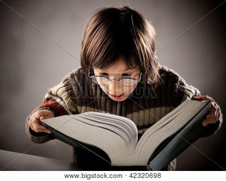 Retrato fino lindo niño pequeño libro de lectura