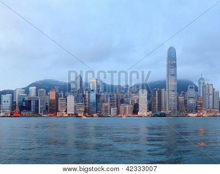 Panorama del horizonte de Hong Kong en la mañana en Puerto de la Victoria.