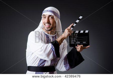 Empresário árabe isolado no branco