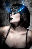 Постер, плакат: Красивая женщина с короткими волосами и Венецианские маски газ Электрик