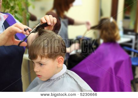 Niño en la peluquería