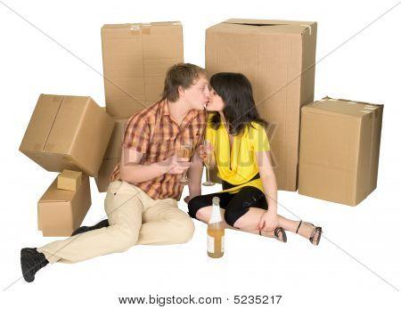 Mädchen und der Kerl Champagner trinken in der Nähe von Boxen