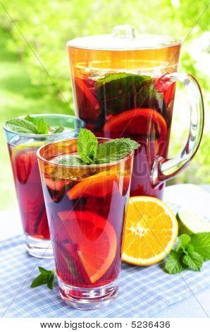 Ponche de frutas em jarra e copos