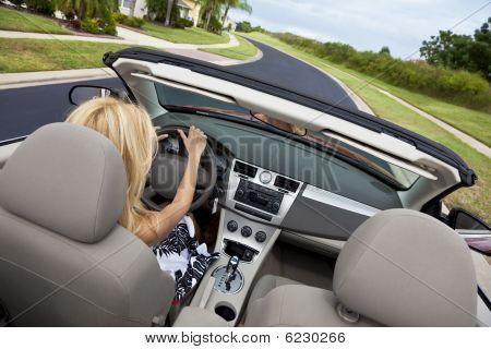 Bela jovem dirigindo carro conversível