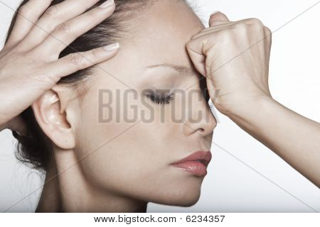 asiatische Frau Kopfschmerzen