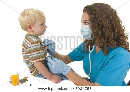 Profesional médico escucha a los niños de respiración