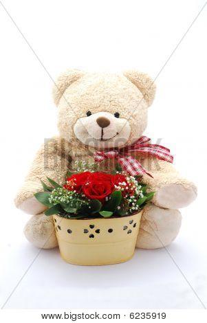 Urso de pelúcia com rosas vermelhas