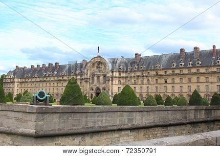 Les Invalides Is A Complex Museums And Monuments Relating To Military History France.