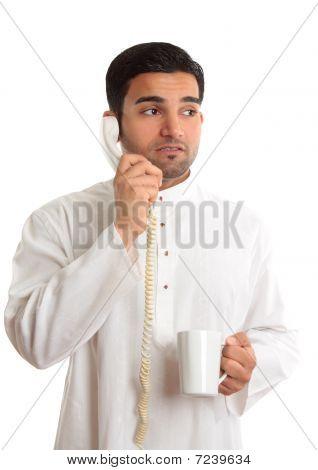 Dilema de negocios - preocupado hombre en teléfono