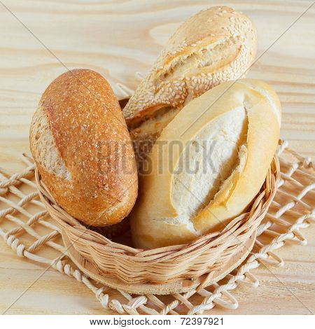 Brazilian French Bread Mini Baguette, Integral, With Sesame In Wicker Basket