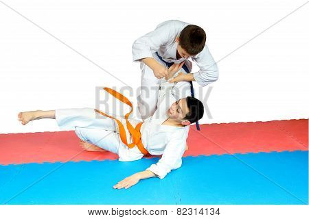 Sportsmens in judogi are training judo throws