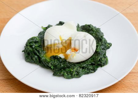 Boiled egg on a bed of spinach, a healthy Italian recipe - Uova mollette agli spinaci.