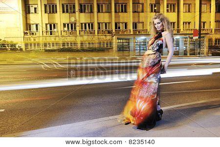elegante Dame auf Stadtstraße in der Nacht