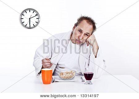 Homens que têm o pequeno-almoço de manhã cedo