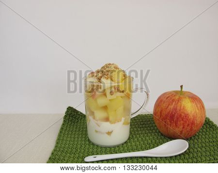 Crumble mug cake with apple, yogurt, cookie crumbs and almond brittle