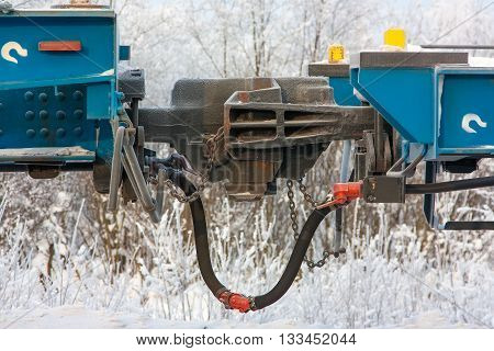 Coupling railway carriage for linking freight train wagons in winter period