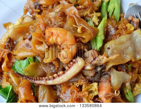 stir-fried noodle with seafood in black soy sauce