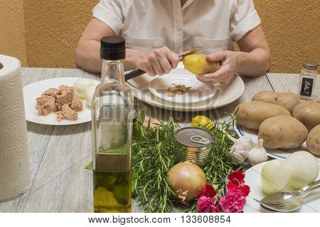 person preparing boiled potatoes, preparing a plate, with all the ingredients