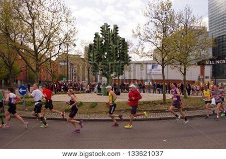 London United Kingdom. 24 april 2016. Runners at the Virgin Money London Marathon 2016 passing near Traffic Light Tree sculpture.