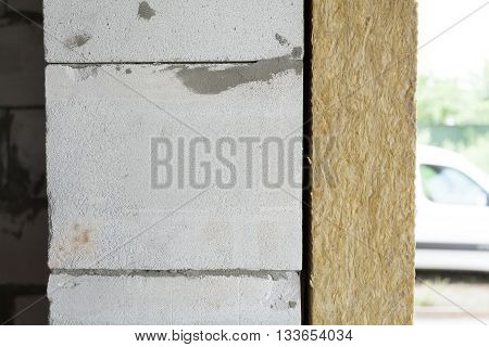 Wall with autoclaved aerated concrete blocks and mineral rockwool panel