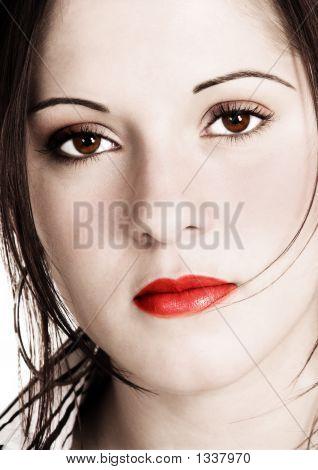 schöne Frau mit Sepia Aussehen und gesättigte Farben hinzugefügt