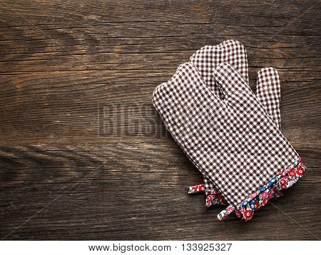 close up of rustic kitchen oven baking mitten glove