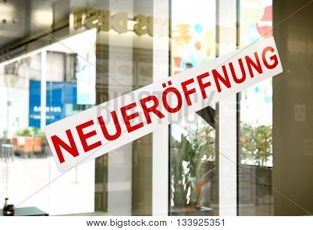 German reopening sign in a shop window.