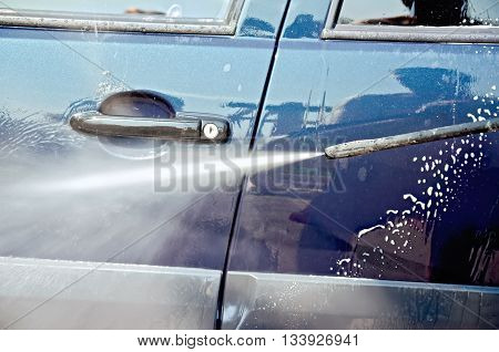 Wash the car a jet of water and shampoo