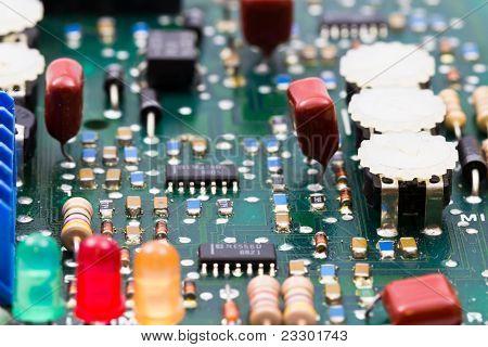 grüne elektronische Board mit regulatorischen Elementen