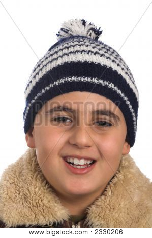 Chico en sombrero de invierno