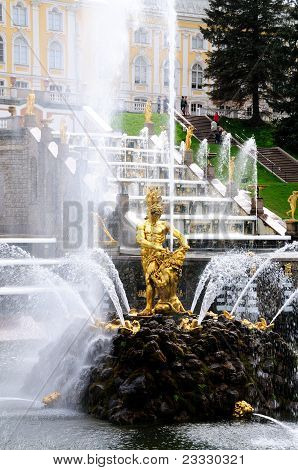 Fontes no Parque de Peterhof. Sansão fontes