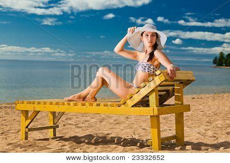 Joven relajante en la playa