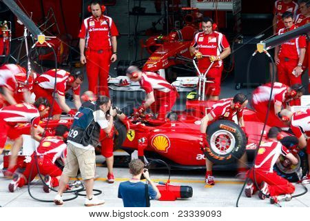 Sepang, Malaysia 8. April: Scuderia Ferrari f1 Team pit Crew Praxis Reifen Änderung in der Pit-Lane-o