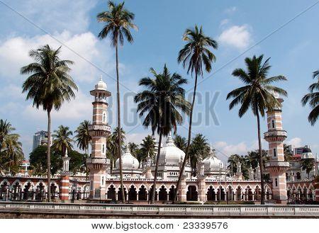 KUALA LUMPUR - 22 Mai: Jamek-Moschee, entworfen von Arthur Benison Hubback 1909 steht majestätisch aga