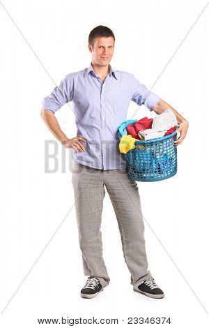 Retrato de cuerpo entero de un hombre joven con una cesta de lavadero, aislada sobre fondo blanco
