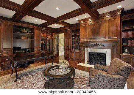 Biblioteca en casa con chimenea de mármol de lujo