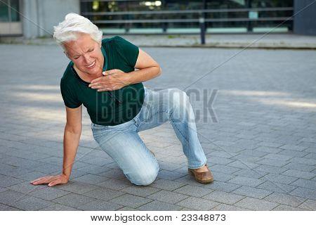 Mulher sênior recebendo ataque cardíaco