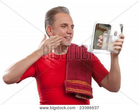 Der gepflegte Mann verwendet Balsam nach der Rasur